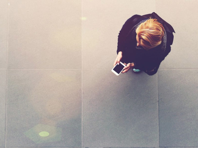 Personne consultant son smartphone