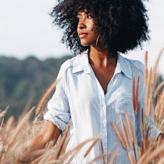 Femme libre dans un champs