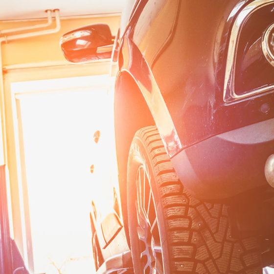 Voiture dans un garage professionnel